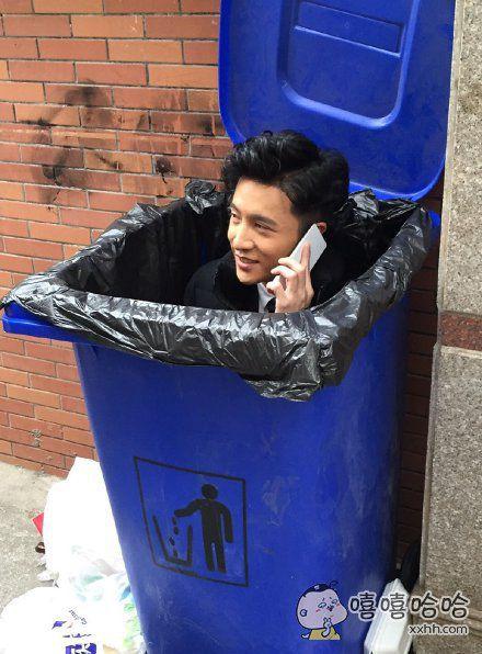 这垃圾桶有男人!