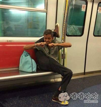 现在坐地铁都需要身怀绝技了