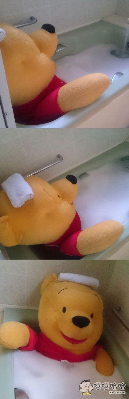 推主ookawaoo回到家,听见浴室有水声,问:谁在浴室?妈妈回答:小熊维尼
