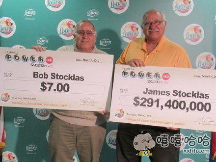 一对兄弟,一起买了彩票,然后一起都中了奖。这是他们一起去领奖时候的合影。