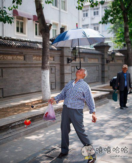 别人的打伞方式