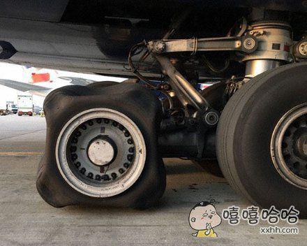 近日一架英国航空的380巨无霸客机,空中出现一个轮胎胎压有问题,飞机在伦敦安全落地,滑行到位后,地面人员检查发现一个轮胎有点…方…方…