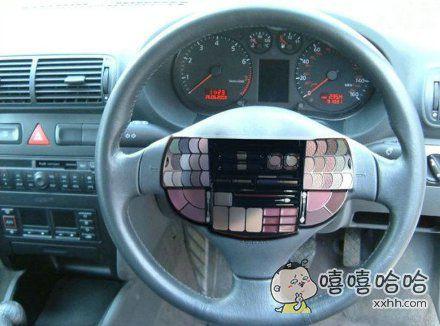 边开车边化妆?