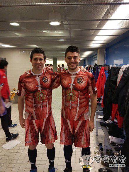 西班牙下级联赛足球俱乐部推出进击巨人主题队服。。。还能好好踢球不。。。