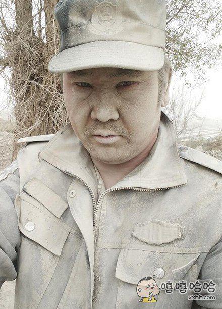 """新疆警察沙漠中执勤""""土得掉渣"""""""