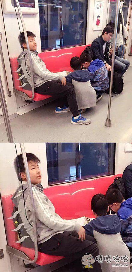 地铁上看到两个小同学补作业,作为长辈应该提醒他们带小板凳和台灯才对~然后旁边这位同学早已露出蜜汁微笑和藐视,你们这些写不完作业的渣渣