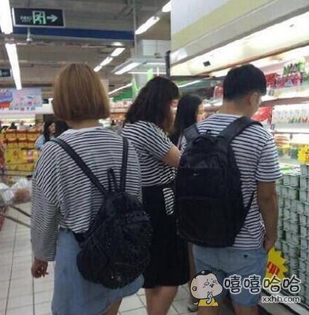 妈蛋,超市里撞衫了,赶脚好尴尬啊