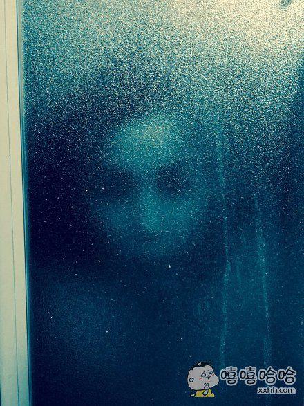 """岛国一妹子正在家泡澡,老妈关心地跑过来敲浴室门,问她""""咋样啊舒服吗水热不热?""""妹子一抬头差点吓死在浴缸里"""