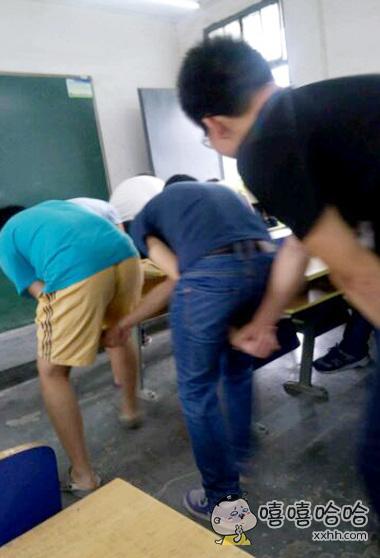 男生们在教室里做一些污污的事情