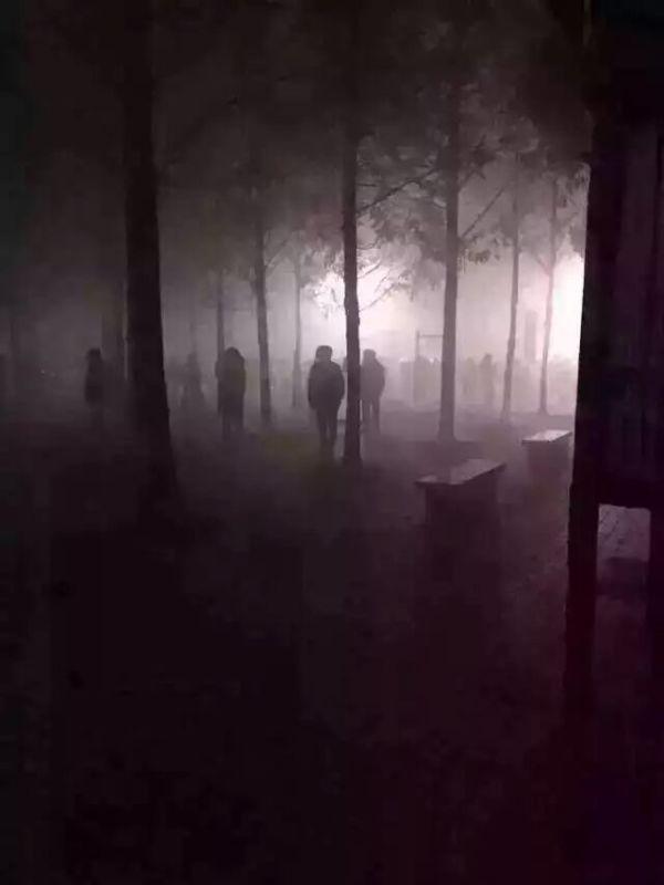 这不是丧尸美剧,也不是日影鬼谈,更不是韩国笔仙!这是国产雾霾惊悚夜之大妈们在跳广场舞!