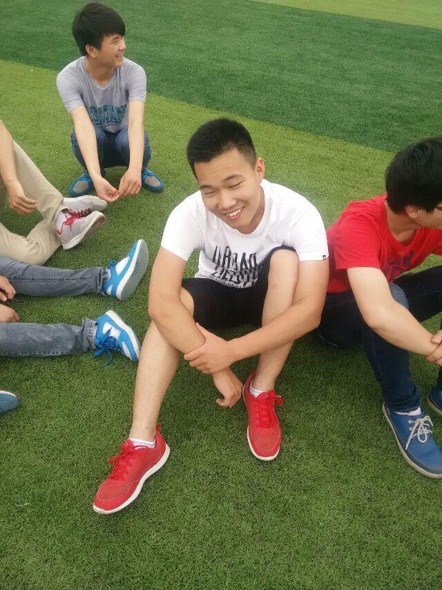 体育课要做蛙跳动作,老师问:谁以前受过伤?可以不用做。 同学A说:我脚断过。 同学B说:我手腕断过。 小明:我脐带断过。 这次小明没滚,只是补罚跳了一节课。