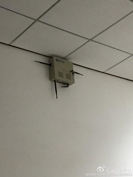 在学校看到一个屏蔽仪 这个姿势感觉好像在哪里见过耶——@LeopardLee_