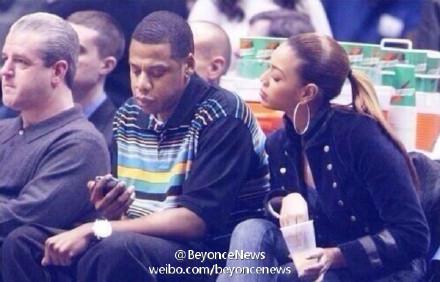 Beyoncé因急着看Jay Z和谁发短信, 竟开始吃自己的饮料