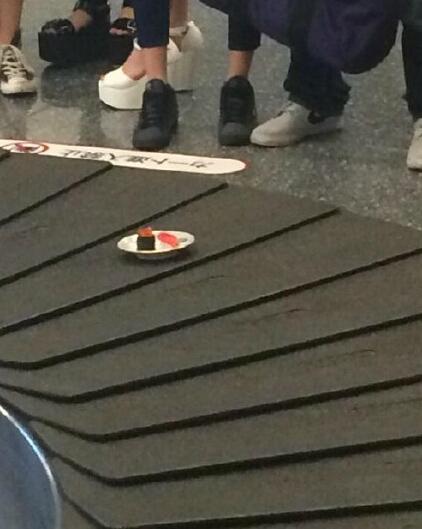 一直觉得机场的行李传送带和回转寿司很像。然而今天推主mi07sa23to去机场接机的时候,被这眼前一幕震惊了:真的有人把寿司放了上去。围观群众都看傻眼了( ′_ゝ`)