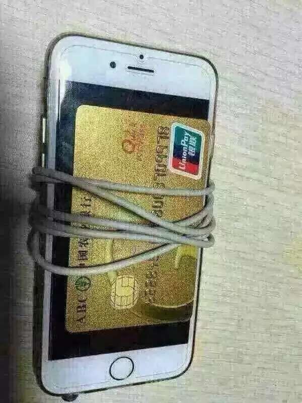一天朋友问我银行卡怎么样微信转账的,我说绑定银行卡。过会又问我说还是不行啊。我问怎么绑定的,脑残哥们说:我用绳子把银行卡绑在手机啊。尼玛-_-#人才
