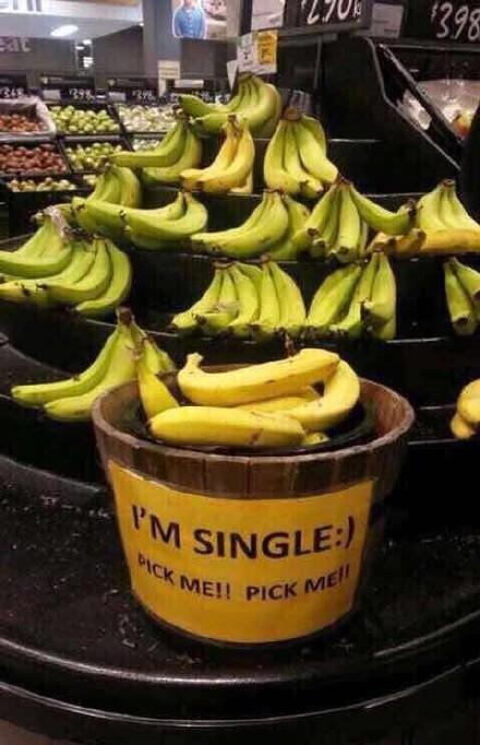 """超市卖个香蕉也是卖萌的拼了""""我单身,选我选我"""""""