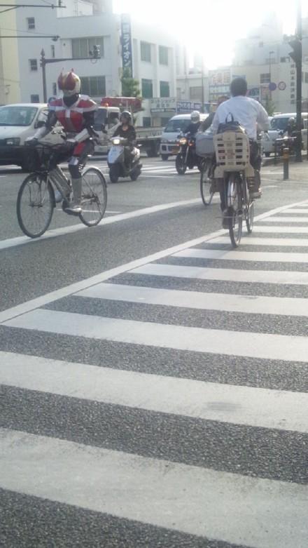 日本的经济越来越不景气了啊,我记得小时候假面骑士都是骑摩托车的