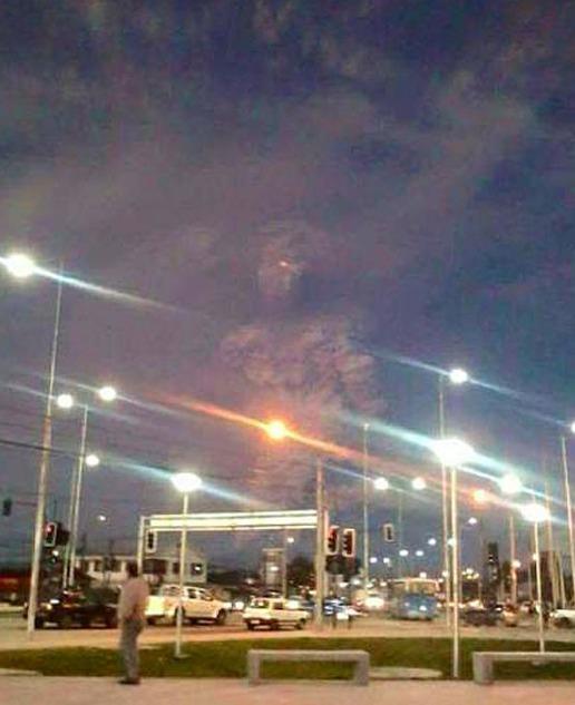 智利火山爆发后一网友说他朋友拍到的一张照片。。大片既视感