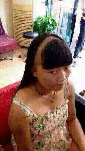 """一个女的去理发店理发,跟飞剪大师说:""""我刘海老是分不齐,你帮我设计下好分的刘海好吧?""""理发师设计好后,告诉她,这样以后就不会分不齐了,这女的一照镜子就哭了。谁能理她我此刻的心情。。"""