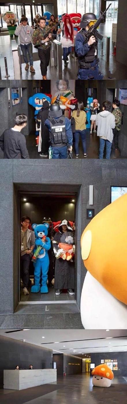 韩国某游戏公司的员工,每天可以任意装扮成自己喜欢的游戏角色去工作。什么样儿的都行,公司大厅每天都可以看见五花八门的游戏角色。有位员工平时最喜欢蘑菇,于是……结果挤不进电梯,只好爬楼梯了。