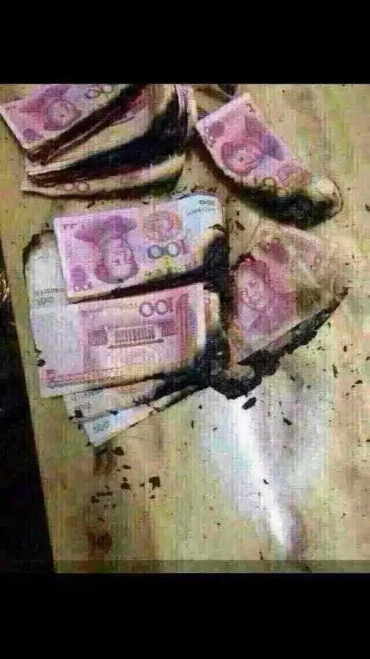 现在假钱特别多,告诉大家一个辨别真假钱的方法,用火烧,真钱烧完是灰色的灰,假钱烧完是黑色的灰,我刚试了一下,我们家的钱都是真的,好开心 。