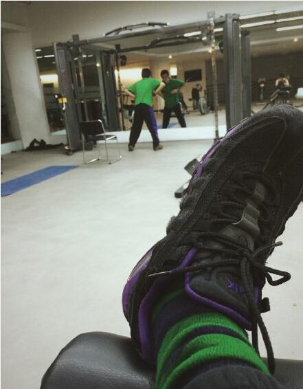 好恐怖!袜子和鞋子实体化成了一个人然后就开始健身了。。