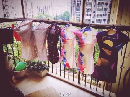 刚刚看到阳台上晾了几件旗袍,还是开胸款。好奇我家啥时候有的旗袍啊,后来一问才知道,全是枕头套,枕头套……(via @ARTC)