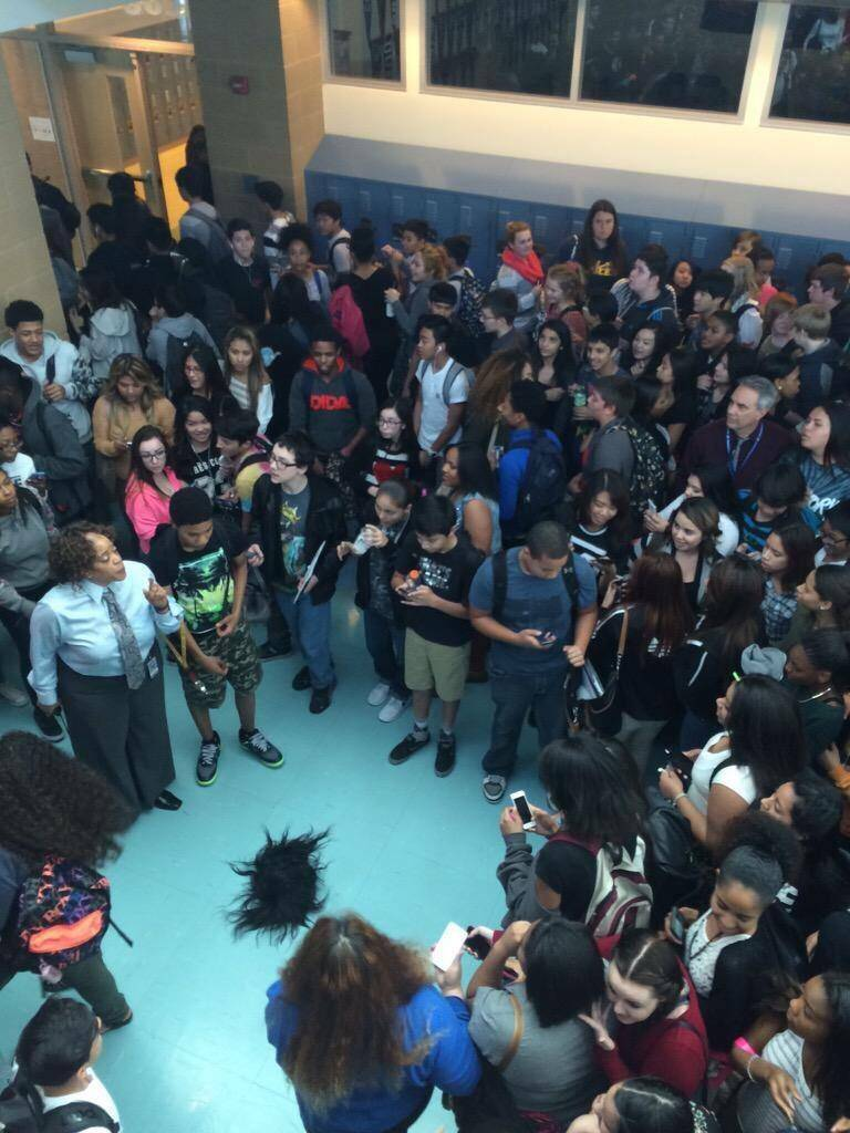 有位同学晒出了他们校园里一场斗殴之后留下的场景,学校暴力真可怕