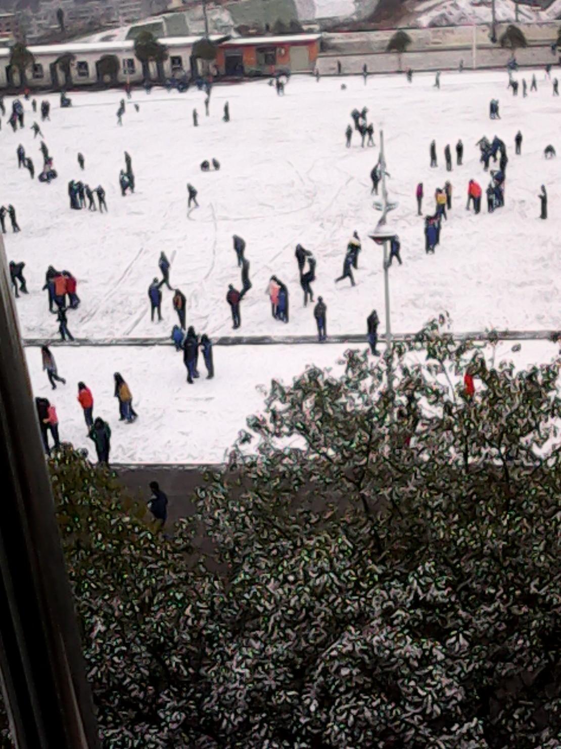 昨天下雪了,同学们都很激动。一同学说:  我想去操场玩狗拉雪橇,你们谁去拉我。  马上几个同学欢呼着:我去  我去。