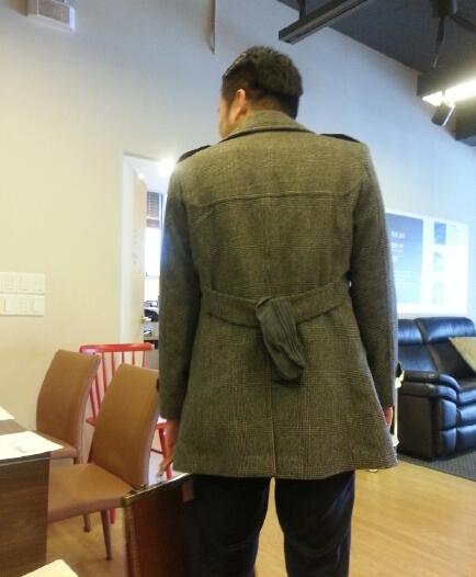 还以为是腰带没系好所以看起来有点奇怪,走近了才发现……(¬з¬)大哥,你已经这样在外面转了一天了……