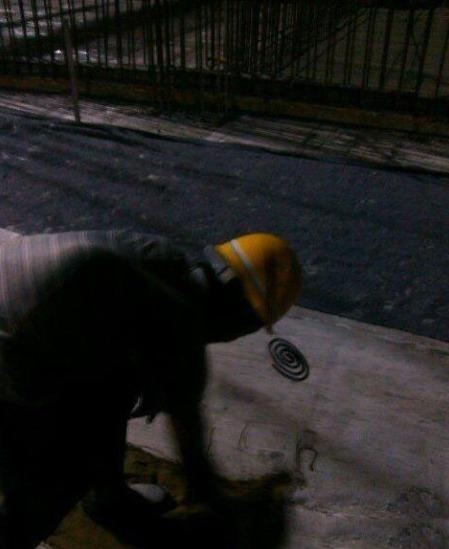 晚上干活蚊子多,安全帽上挂盘蚊香!