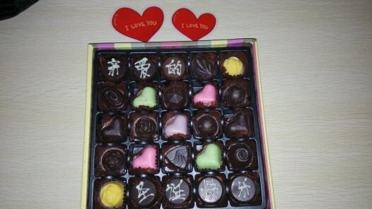 圣诞节我买了一盒巧克力。本来想送一个朋友,可是因为巧克力上的字太露骨。今天我自己吃了~~~~