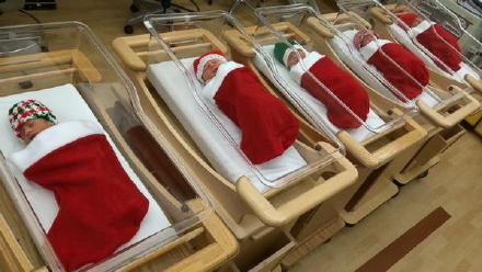 圣诞夜,美国匹兹堡大学医院把出生的小婴儿都包裹在圣诞袜里,送到父母手中……这可能是最好的圣诞礼物~
