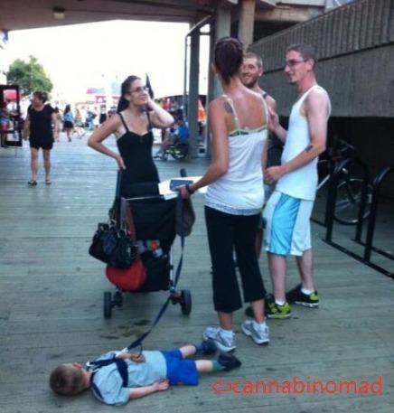 美国一位叫cannabinomad的七岁小网友说,自从爸妈给他生了个妹妹,他和爸妈的日常基本就变成了这样...照片是他亲爸照的...