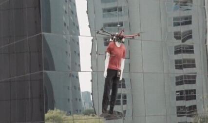 黑色星期五,巴西某服装品牌用八旋翼无人机展示起服装。假人模特身着促销时装,挂着打折价牌,在圣保罗中央商务区的写字楼外飞行。创意总监声称此举是为了照顾那些没法购物的上班族们…你可以想象一下,你正站在窗边,一转头看到天空中漂浮着没有头颅的…吓cry