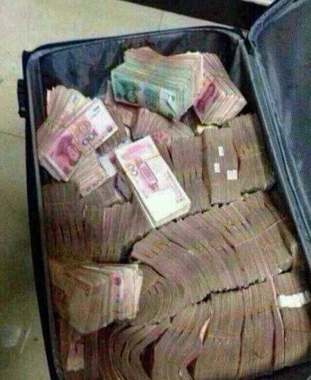 有时候出门旅行不需要带很多东西,一个小小的旅行箱就行了。。