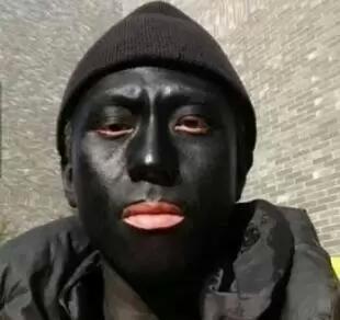 """近日持续高温,记者采访市民。问一黑人:""""你能说说是武汉热还是非洲热吗?""""黑人回答:""""我再强调一遍,我不是非洲的,我是在武汉晒黑的!"""""""