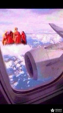 第一次坐飞机,无意间向窗外看去,卧槽尼玛这四个人怎么这么眼熟啊?