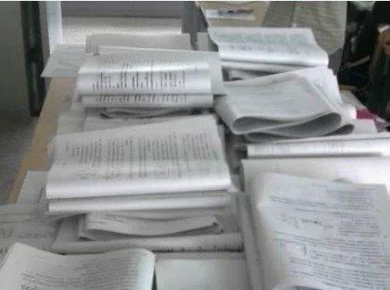 """一老外看了一桌印着密密麻麻的的字的纸问我""""这是你们的作业,太多了吧?""""我说""""不,这不是我们的作业,这是作业的答案"""""""