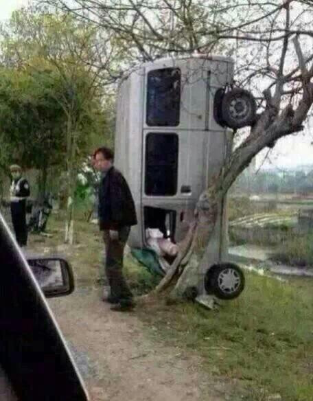 司机说:我给你1000块你帮我把车弄下来 交警说:我他妈给你3000块告诉我你怎么把车挂上去的? 司机说.都是玩天天酷跑我以为能跳过去的……