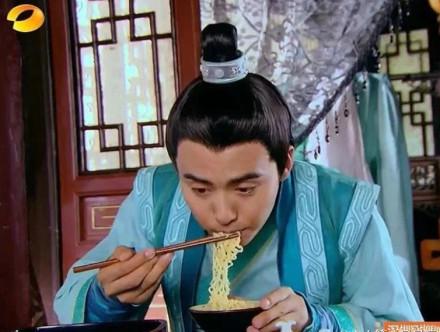 我要让全世界都知道方兰生是世界上第一个吃方便面的人,这也就是为什么方便面要姓方!!!