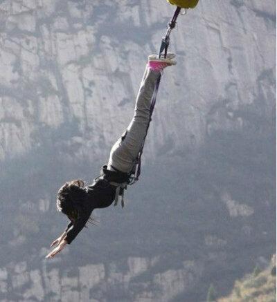 如果你在蹦极过程中绳子突然断了,但你只能喊两个字,你会喊什么?