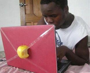 苹果电脑。