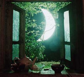多情楼上月徘徊, 独照离人妆镜台。 皎皎空中霜色影, 凛如寒魄绝尘埃。