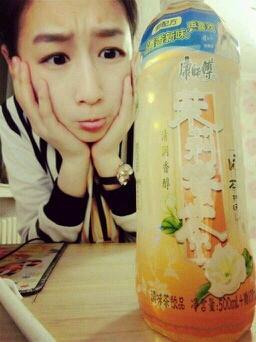 康师傅茉莉蜜茶是个牛逼的饮料, 喝完一半加点水,就变成了茉莉花茶, 再喝完加点水, 变成了茉莉清茶, 喝完以后倒点水, 它就成了农夫山泉有点甜