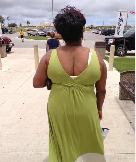 帮帮这个女人,她的头长反了。