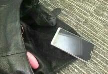 今天和同事一起回家  走在路上不小心包包掉在地上了  不知道这手机是什么牌子的?