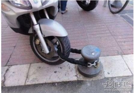 刚刚去探老丈人的时候 把车锁在那里了  好像有点不对劲!