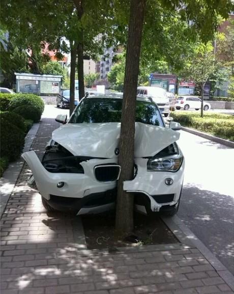 刚给老婆买的车,还没挂牌就在小区里撞树了。老婆真是高手,撞上树后还踩油门呢。小区里不知道种的是什么树,真叫一个结实,宝马都撞成这样了,它毫发未伤。难道是我买到假货宝马了?不说了,回家打老婆去!