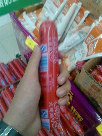 五一劳动节超市搞活动,这么又粗又长的香肠只要一块。【我会告诉你我拿给小红让她…………评论接】
